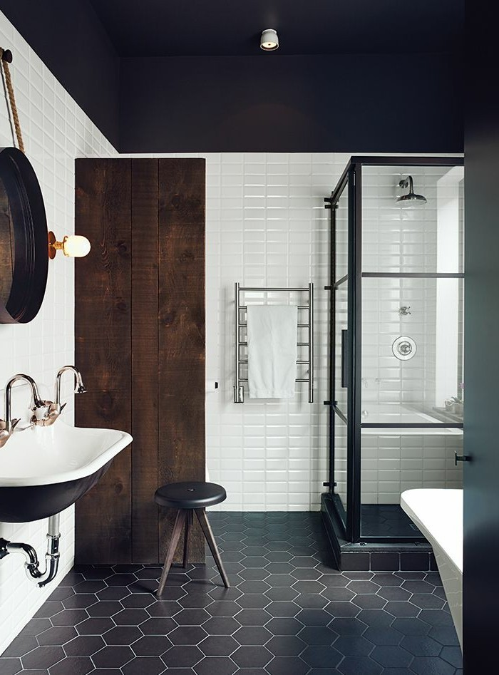 1-faience-salle-de-bain-noir-et-blanc-porte-en-bois-brute-bois-foncé-carrelage-noir-dans-la-salle-de-bain