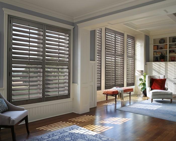 1-fenetre-avec-porte-persienne-en-bois-gris-portes-placard-persiennes-de-couleur-gris