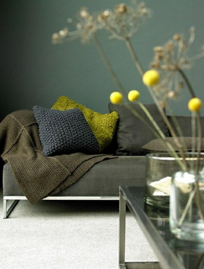 1-idee-deco-salon-ambiance-zen-chambre-adulte-zen-murs-verts-foncés-moquette-beige