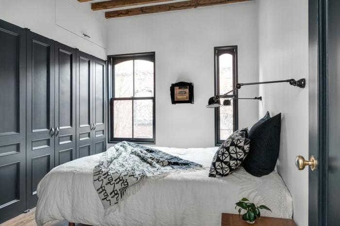 1-jolie-chambre-a-coucher-avec-portes-de-placard-en-bois-de-couleur-gris-lit-double-plafond-sous-combles