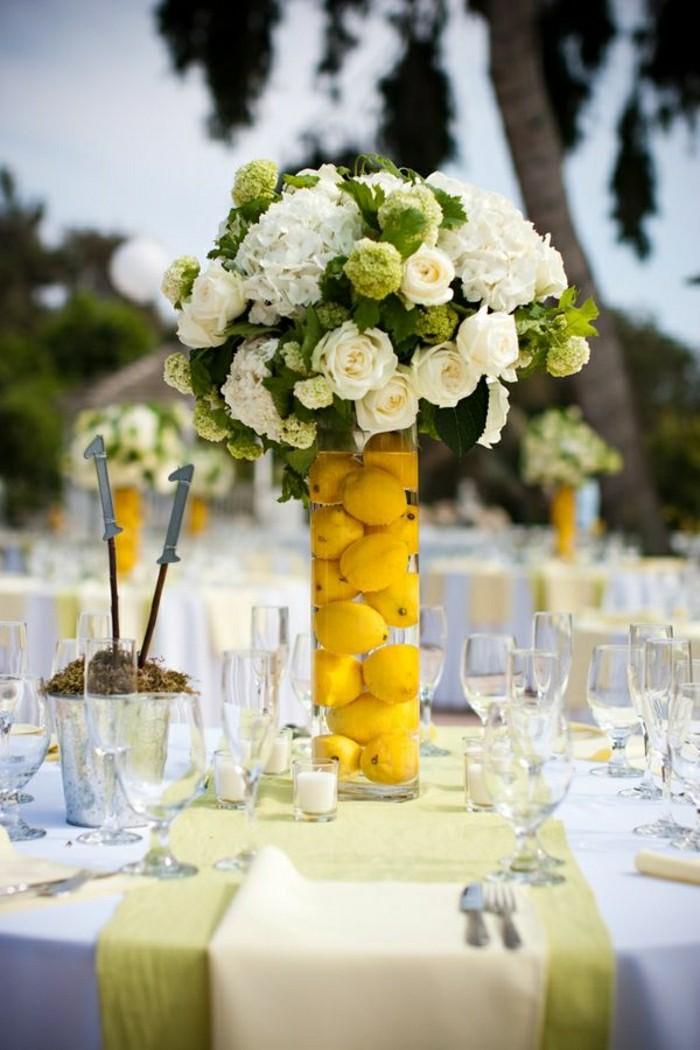 1-jolie-decoration-avec-un-grand-vase-en-verre-transparent-comment-decorer-la-table