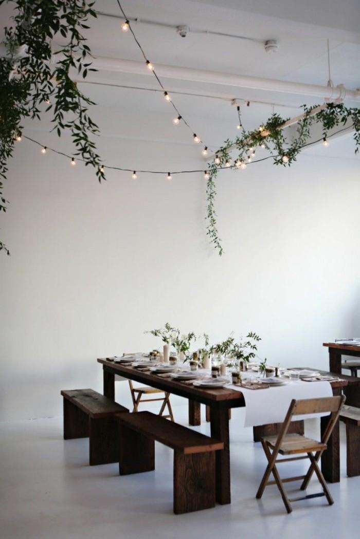 1-jolie-decoration-de-noel-guirlandes-lumineuses-guirlande-noel-murs-blancs-table-en-bois-foncé