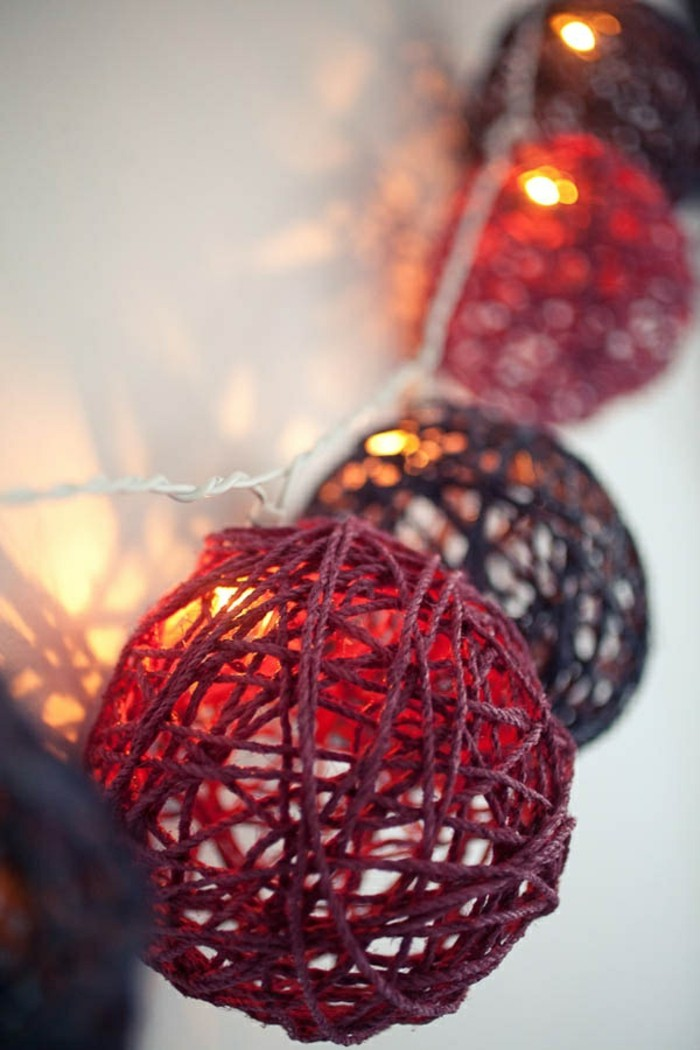 1-jolie-decoration-noel-avec-guirlande-noel-guirlande-ikea-boules-colores-rouges-