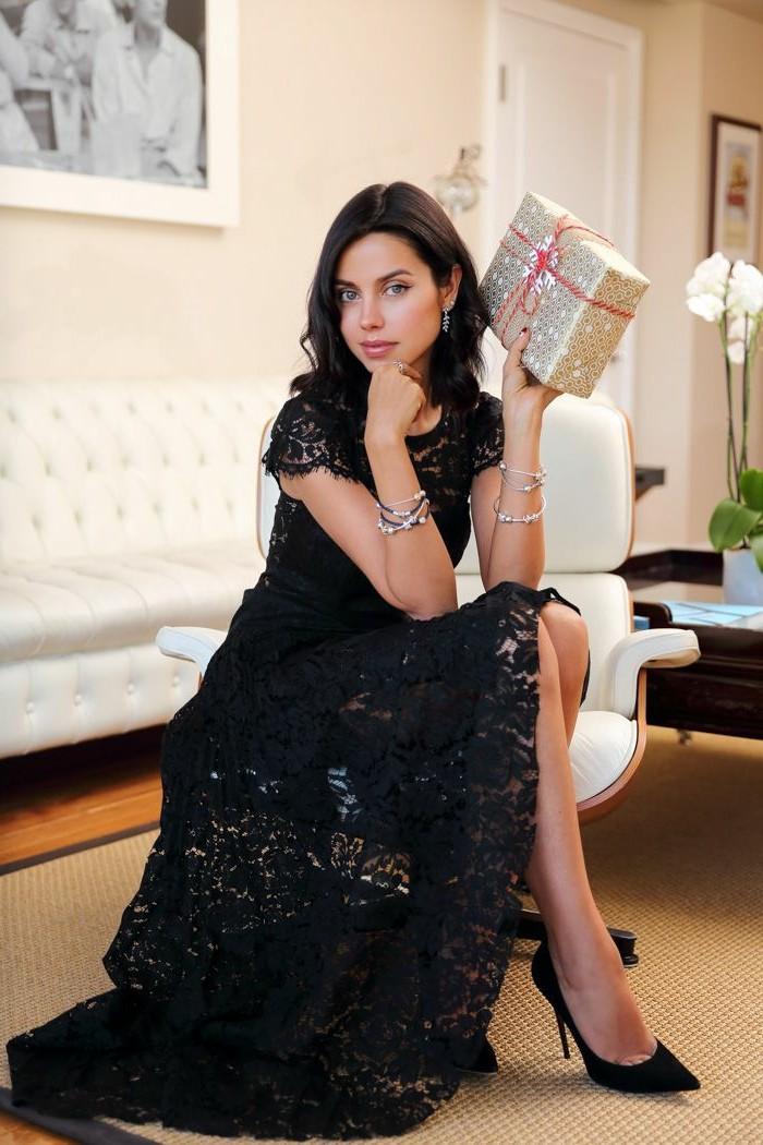 1-jolie-robe-noire-pour-le-nouvel-an-femme-moderne-avec-robe-noire-et-talons-hauts-noirs