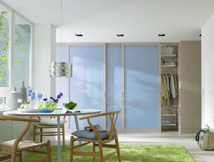 1-jolie-salle-de-sejour-avec-tapis-vert-et-table-ronde-en-bois-chaise-en-bois-murs-blancs