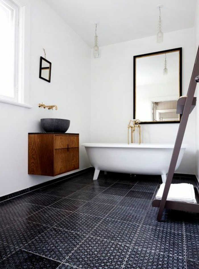 1-jolies-modeles-salles-de-bain-modele-salle-de-bain-italienne-carrelage-noir-sur-le-sol-dans-la-salle-de-bain