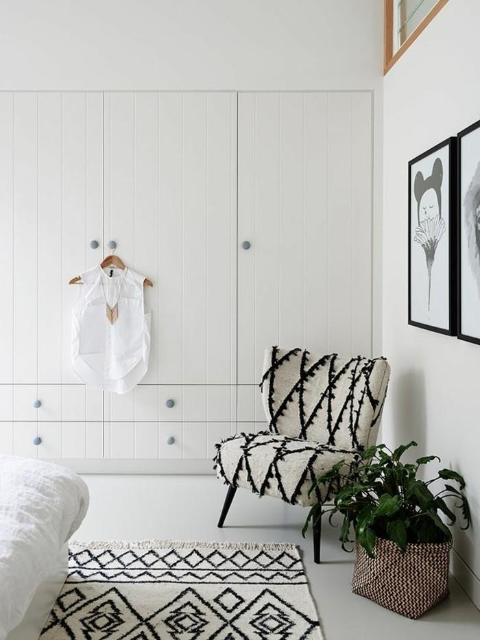 1-porte-de-placard-en-bois-blanc-dans-la-chambre-a-coucher-blanche-tapis-beige-et-noir