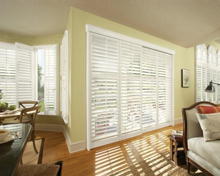 1-portes-persiennes-en-bois-blanc-planchers-en-bois-sur-le-sol-chaise-en-bois-clair
