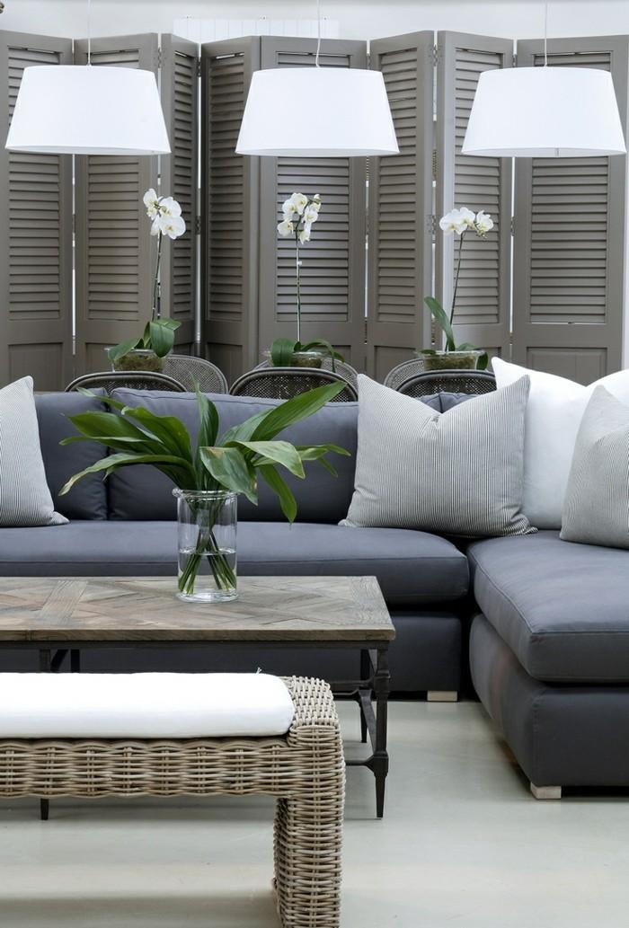 1-portes-placard-persiennes-decoratifs-en-bois-de-couleur-gris-et-fleurs-sur-la-table-de-salon