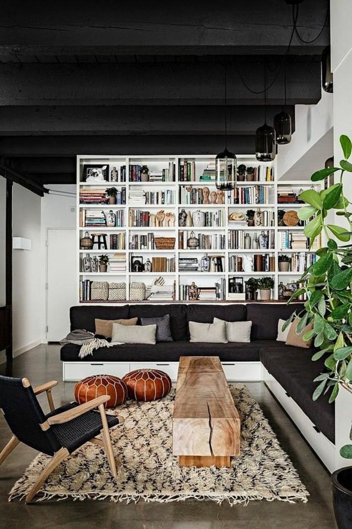 1-salon-d-esprit-loft-tapis-beige-table-basse-en-bois-clair-chaise-noire-pour-le-salon