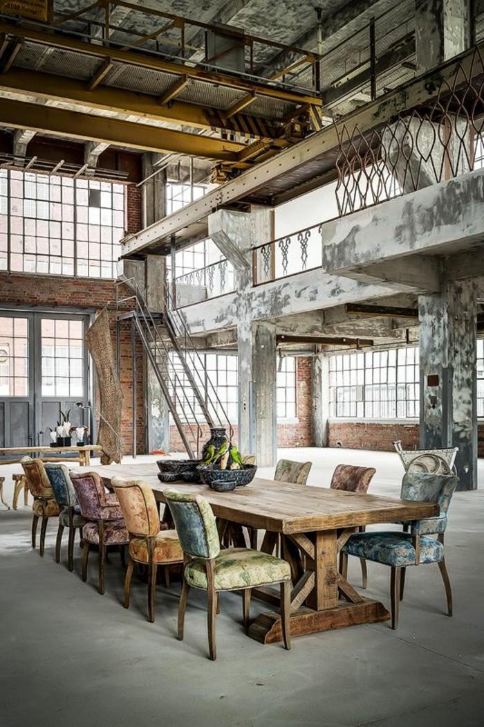 1-salon-meuble-style-industriel-pas-cher-pour-loft-et-associé-table-en-bois-massif-chaises-colorées