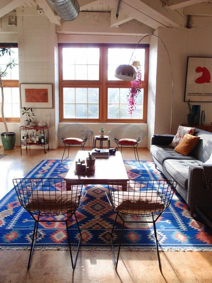 1-salon-tapis-saint-maclou-tapis-lesage-bleu-foncé-dans-le-salon-chaise-en-fer-noir