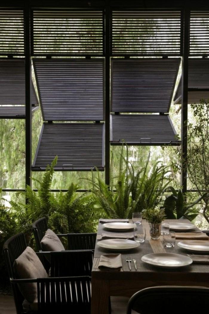 1-véranda-bioclimatique-pergola-bioclimatique-avec-fenetres-en-bois-fonce-plantes-vertes