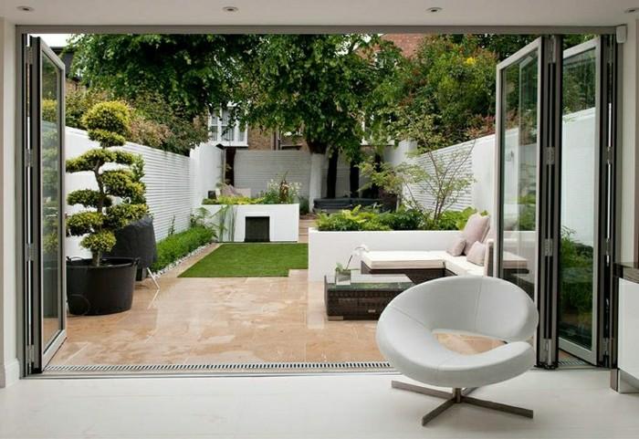 2-portes-pliantes-vers-le-jardin-avec-pelouse-verte-et-chaise-blanche-dans-le-salon