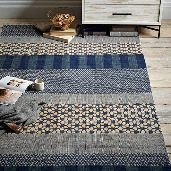 3-tapis-design-tapis-saint-maclou-de-couleur-bleu-foncé-sur-le-sol-en-plancher-en-bois
