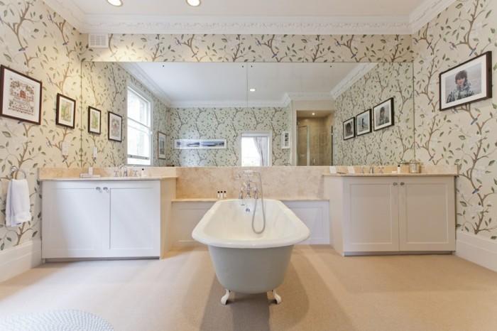 Salle de bains vintage avec papier peinte personnalisé