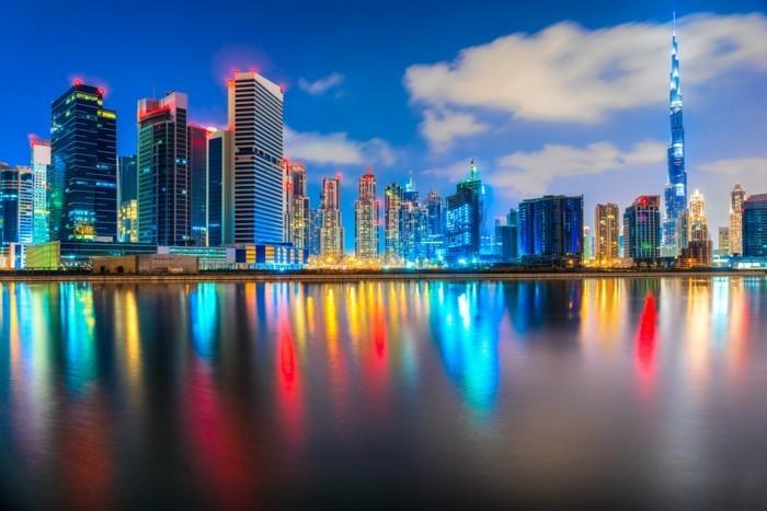 Dubai-magnifique-photo-en-nuit-architecture-moderne-resized