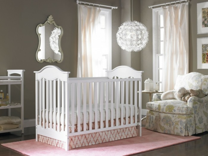 Idée-déco-chambre-bebe-lustre-chambre-bébé-tapis-rose