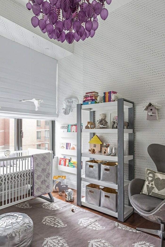 Idée-déco-chambre-bebe-lustre-chambre-bébé-violet