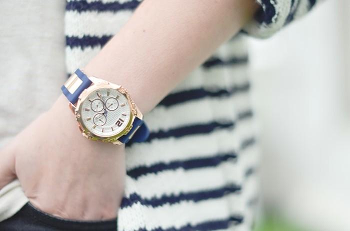 Idée-tenue-montre-fossil-rose-doré-montre-quantieme-bleu-et-dore