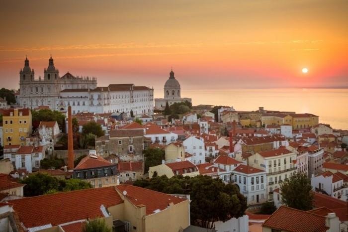 Lisbonne-au-coucher-du-soleil-mer-monuments-resized