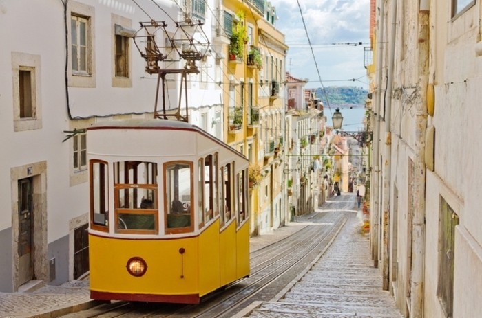 Lisbonne-tram-jaune-belle-ville-à-visiter-septembre-resized