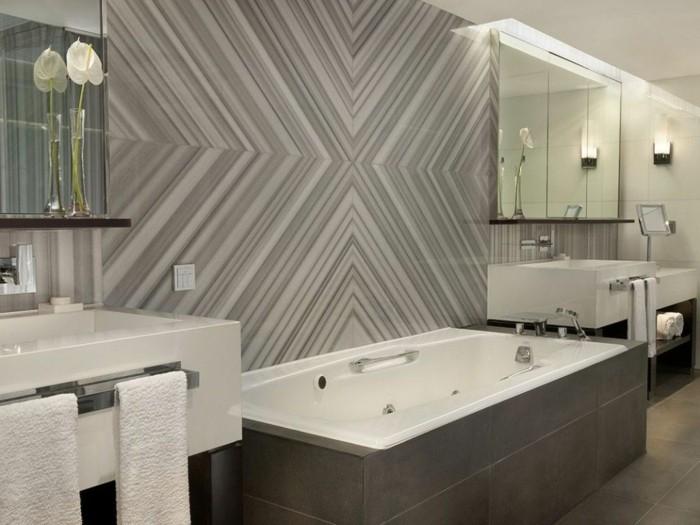 Vintage salle de bains luxueuse avec papier peinte violet et gris