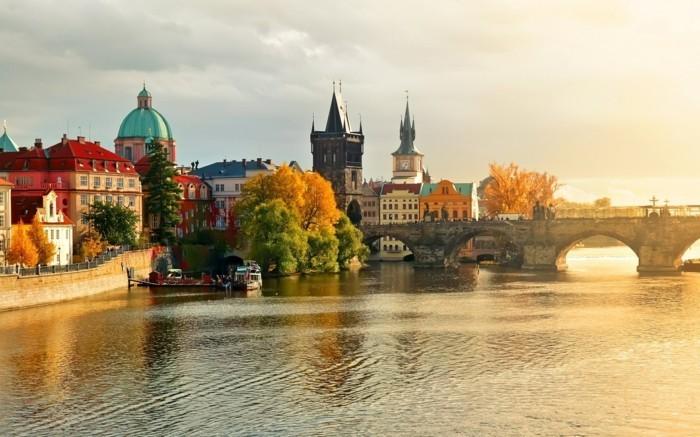 Prague-beauté-ville-jolie-au-coucher-du-soleil-riviere-cool-resized