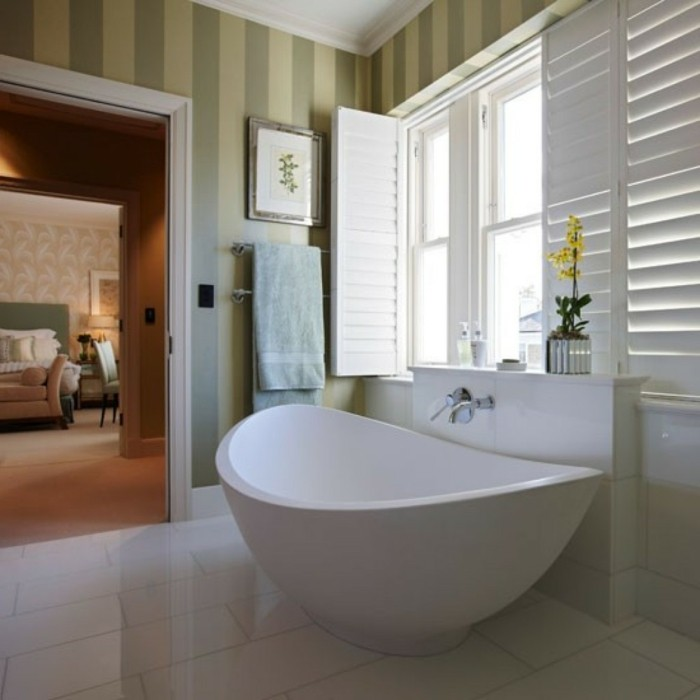 Salle-de-bains-vintage-avec-papier-peinte-personnalisé-papier-peint-idée