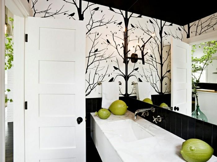 Salle-de-bains-vintage-avec-papier-peinte-personnalisé-papier-peint-salle-de-bain
