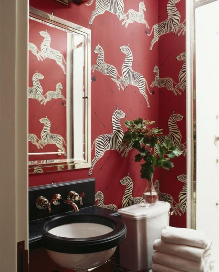 Salle-de-bains-vintage-avec-papier-peinte-personnalisé-zebre
