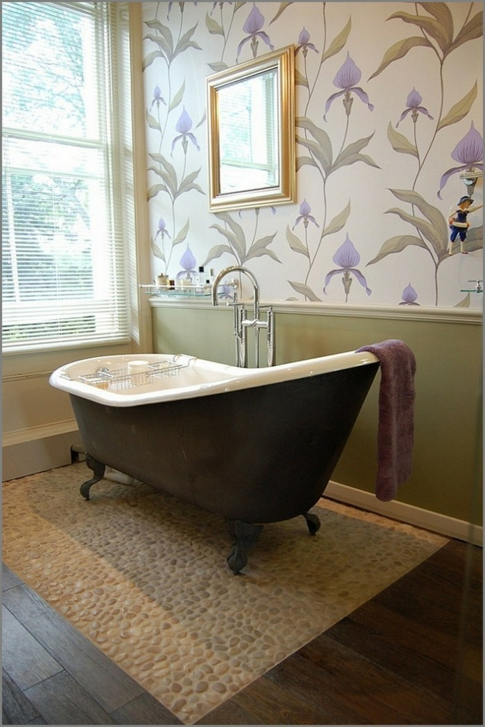 Stylé-papier-peint-salle-de-bain-pas-cher-idée-originale -baignoire-vintage
