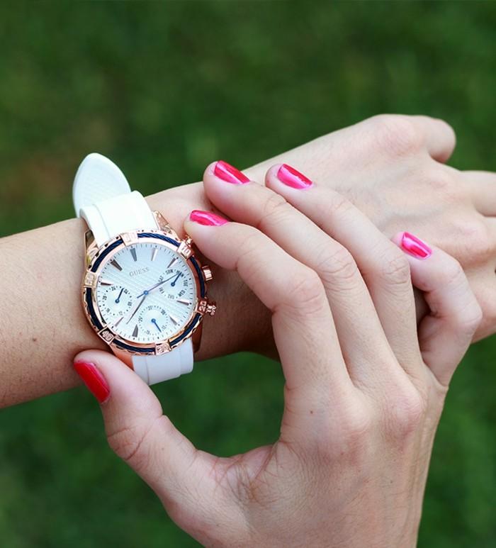 Tenue-avec-montre-doré-rose-montre-dorée-femme-beau-guess-blanc-et-or-rose