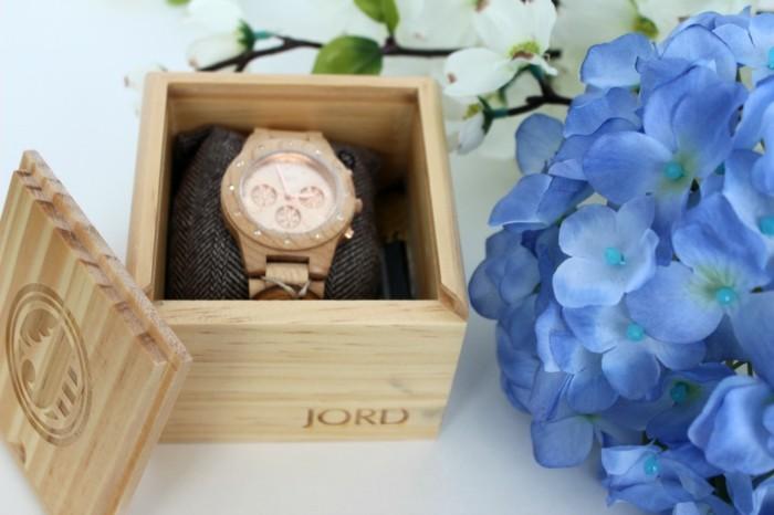 Tenue-avec-montre-doré-rose-montre-dorée-femme-la-boite-en-bois-et-le-montre-en-bois-jord