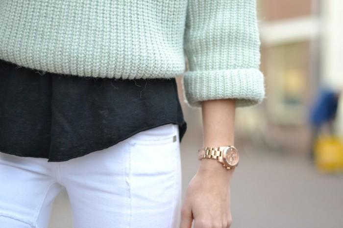 Tenue-avec-montre-doré-rose-pull-mint-vert-montre-dorée-femme