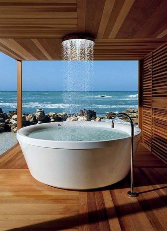 alinea-meuble-de-salle-de-bain-exotique-avec-parquet-clair-et-baignoire-blanche