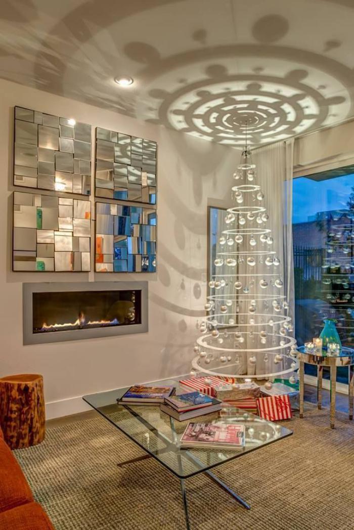 arbre-de-noel-blanc-dans-un-joli-salon-avec-cheminée-murale