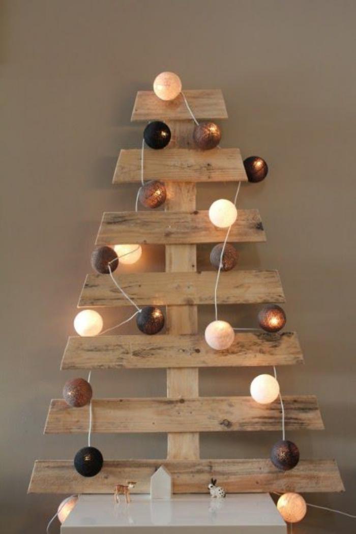 arbre-de-noel-en-palette-décoré-avec-boules-lumineuses