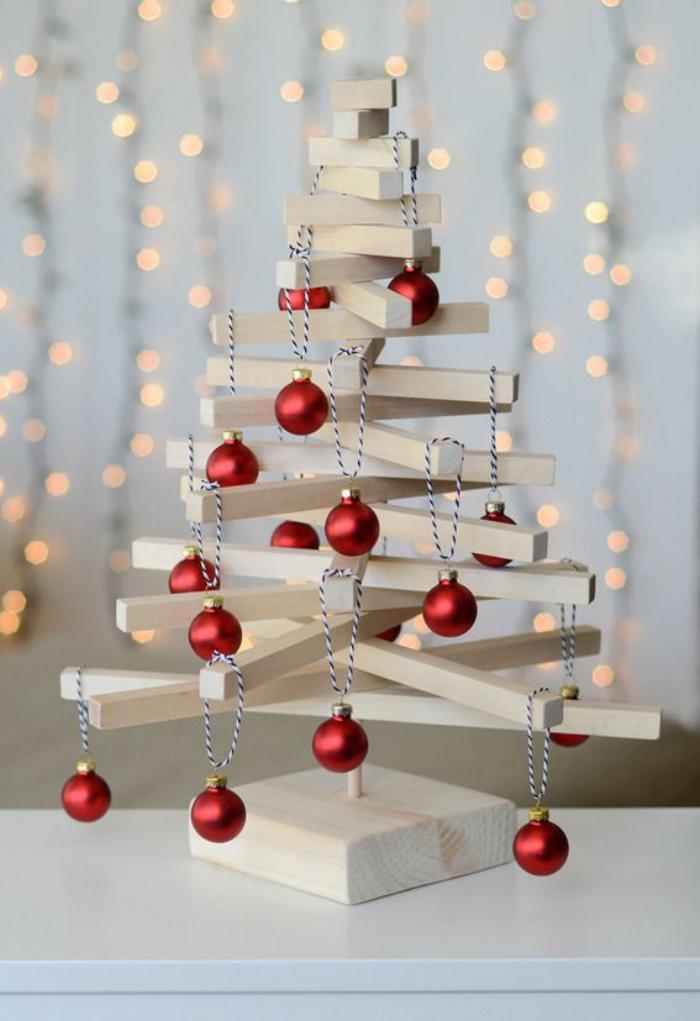 arbre-de-noel-lattes-de-bois-clair-boules-de-noel-rouges