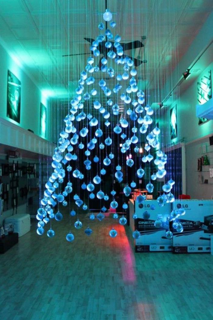 arbre-de-noel-suspendu-boules-bleues