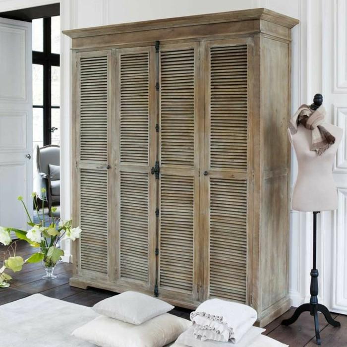 armoir-en-bois-clair-avec-portes-placard-persiennes-en-bois-clair-fleurs-sur-la-table