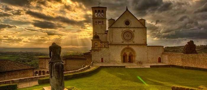 assise-le-basilique-les-plus-belles-villes-d-italie-qui-vous-amene-au-moyen-age-resized