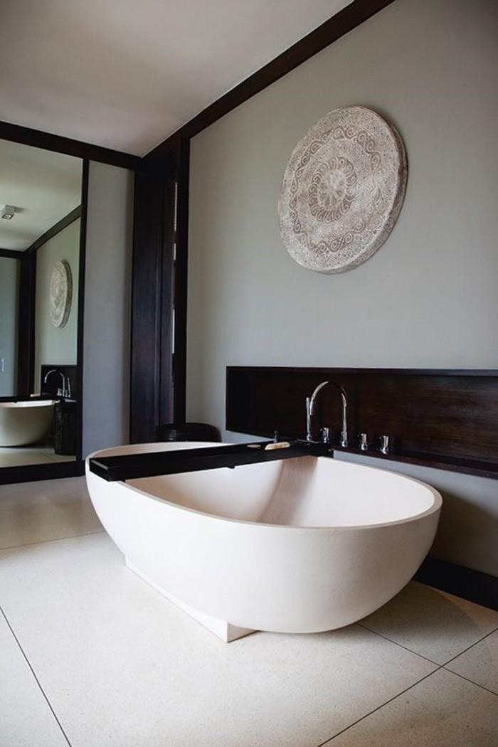 aux-salles-de-bains-baignoire-ovale-encastrable-baignoire-ilot-noir-et-blanc
