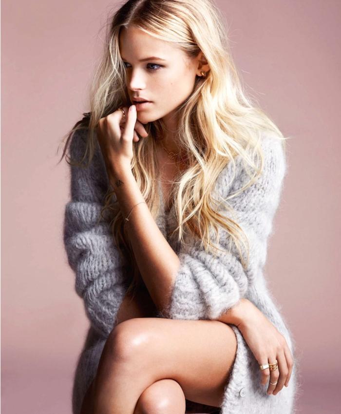 belle-femme-blonde-cardigan-mi-long-gilet-femme-long-tenue-chic
