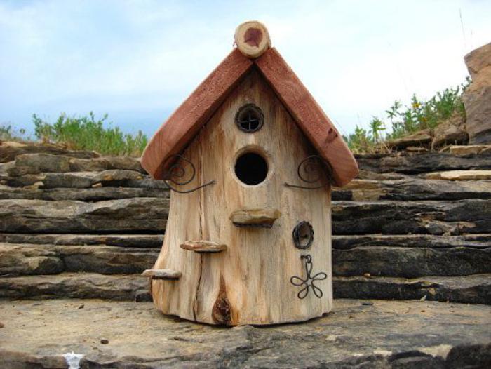 cabane-à-oiseaux-avec-matériaux-naturels