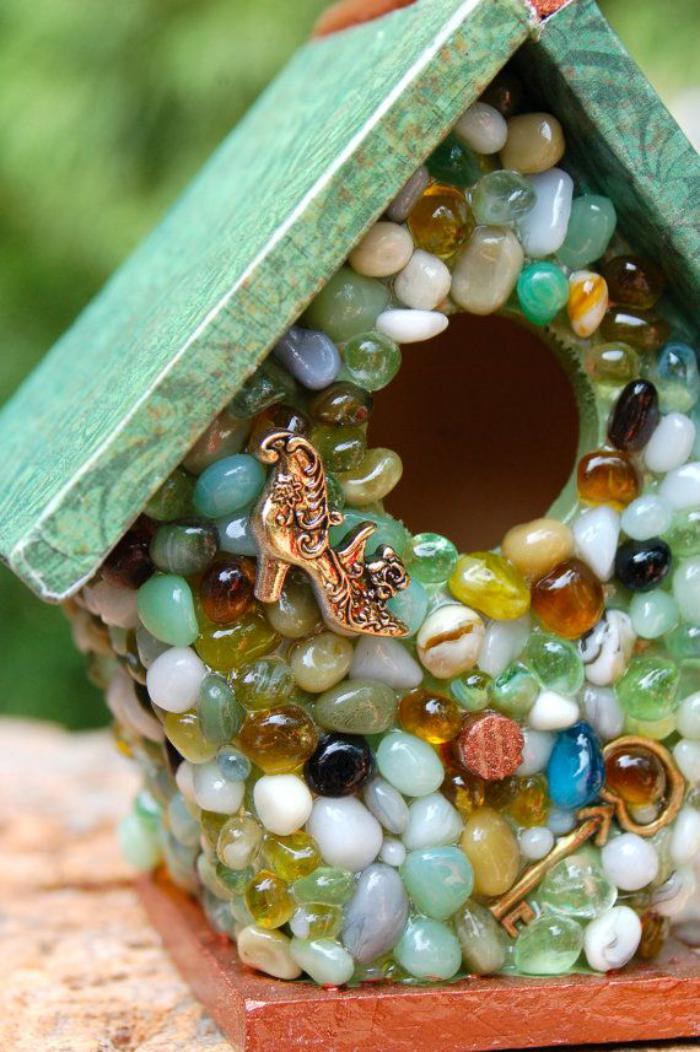 cabane-à-oiseaux-avec-pierres-décoratives