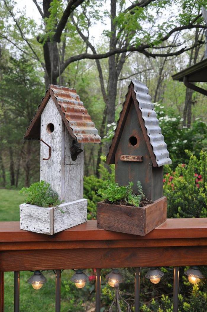 cabane-à-oiseaux-deux-cabanes-oiseaux-dans-le-jardin