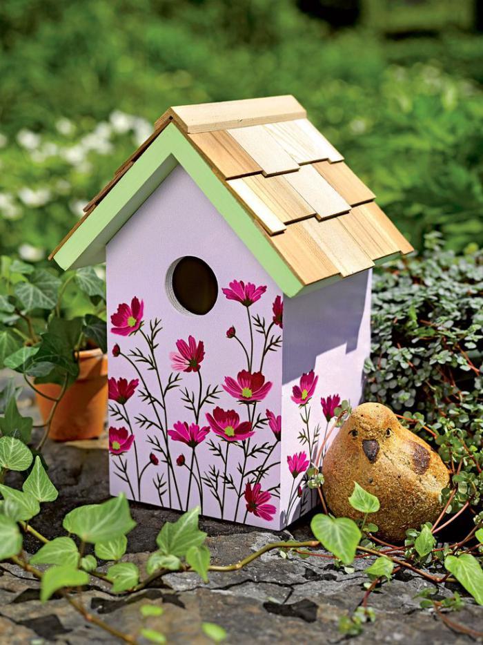 cabane-à-oiseaux-en-mauve-et-fleurs-peintes
