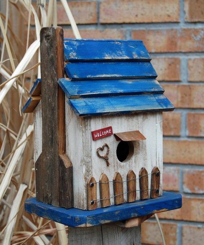 cabane-à-oiseaux-faite-avec-des-matériaux-recyclés