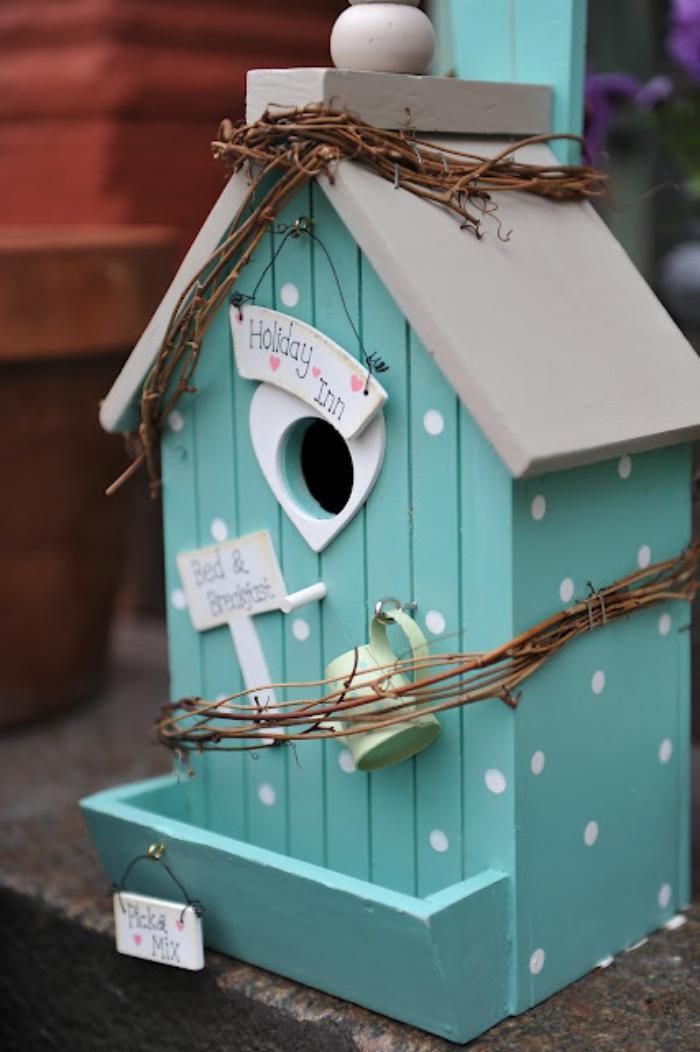 cabane-à-oiseaux-joliment-décorée